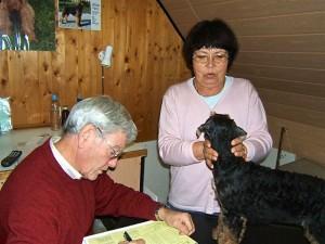 Und hier arbeiten gerade unsere Zuchtwarte, Familie Dr. Würgatsch, die Welpen werden begutachtet und eingeschätzt.
