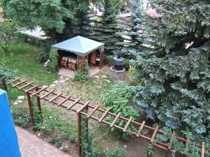 """Hier sieht man in unseren Garten hinab, vom """"Feldherrenhügel"""" aus, den Pavillon und den Grillplatz."""