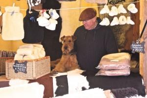 Der Chef der Gerberei Naujoks in Lübeck mit seinem ASSISTENTEN im Verkaufsstand zum Weihnachtsmarkt.
