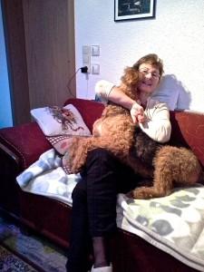 Wanda mit Frauchen, das sind die schönsten Momente des Tages für den Hund.