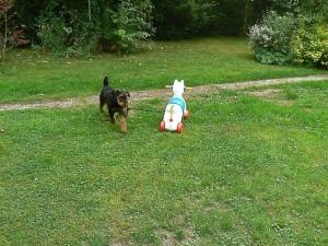 Yoshua mit Kumpel im Garten - das Spielzeug ebenso gross wie er.
