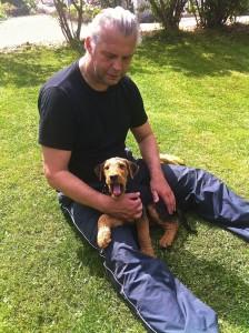 Geschafft, nach getaner Arbeit im Garten, Papi ist der Ruhepol für Ysco.