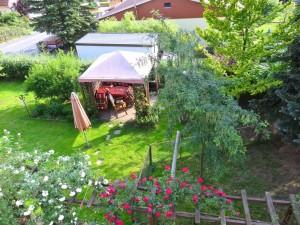 Von unserem Balkon aus, heute früh 8 Uhr, Nessy ist schon im Garten und wartet - noch keine Gäste im Pavillon ?