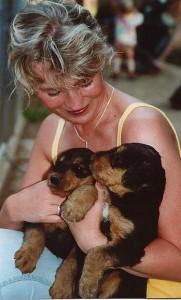 Auf diesem Bild - das war vor 12 Jahren, erster Kontakt Frau Gehre mit Airedale-Welpen, einer von beiden wurde der eigene Hund!