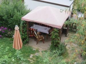 Hier sieht man unten im Garten, der Pavillon noch leer, aber Nessy schon auf ihrem Platz.