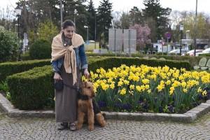 Hier sieht man Noris mit seinem geliebten Frauchen bei einem Spaziergang im Park.