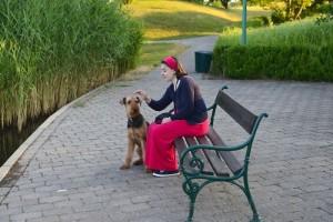 Noris mit Frauchen bei einer Parkbank - hier sieht man schon das sehr gute Verhältnis beider, 10 Jahre lang.