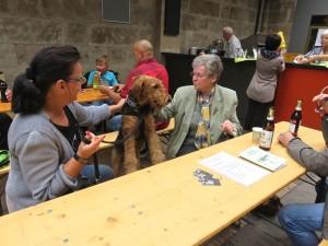 """Ysco zu Besuch bei der Ausstellung - hier im """"Gespräch"""" mit Frauchen und der Hundemutter."""