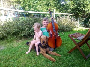 Rea mit dem jungen Frauchen im Garten, beim Musizieren, und der Kleine macht es sich bequem.