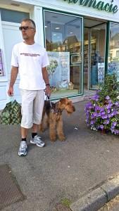 Ist es DER -? Herrchen mit Hund beim Shoppen auf der Strandpromenade, sieht aber eher gleichberechtigt aus!