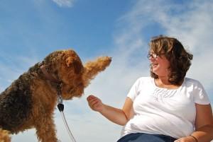 Au, der Hund schlägt zu, aber Frauchen lacht immer noch, sie gibt es nicht auf !