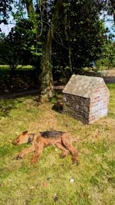 Da gab es sogar eine gemauerte Hundehütte, aber für Wotan viel zu unbequem und zu klein!