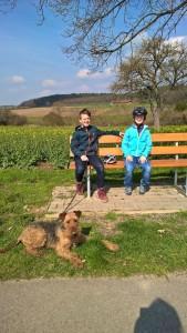 Hier sieht man Wotan mit beiden jungen Herrchen - kleine Pause beim Spaziergang.