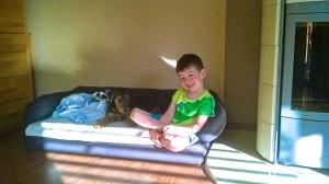 Kira bekam ganz für sich ein eigenes Hundesofa, das sie sehr liebt. Andre darf auch mit Platz nehmen.