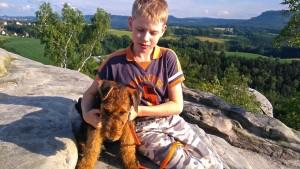 Mit dem Wanderrucksack ging es in die Sächsische Schweiz, dann wandern, hier die Pause mit dem jungen Herrchen auf einem Felsen!