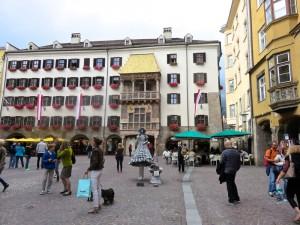 """Das """"Goldene Dachl"""" in Innsbruck's Zentrum, viele Strassenrestaurants, wo man gemütlich sitzen und schauen kann."""
