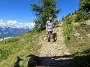 Nessy mit im Hochgebirge, felsige Wanderwege, tiefe Hänge, ein Traumwetter und die Aussicht, die Berge rings um Innsbruck herum.