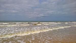 Jetzt ist man am Meer. Herrlich das Wasser, die Wellen, der Himmel und die Wolken. Und ganz hinten, sehen Sie, da ist AMERIKA !