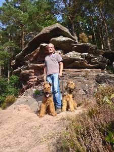 Und hier die beiden Airedale-Rüden mit Herrchen, alle Drei sehen stolz und zufrieden aus.