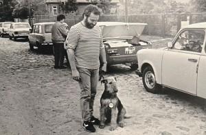 Das ist Herrchen Krebs mit unserer ersten Nessy )Highness vom Morgenstern), unser erster Airedale, zur Ausstellung, erfolgreich, 1983 - vor 33 Jahren !!! Das ist lange her. Man sieht es!