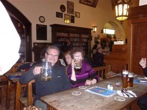 Und wir hatten auch zu feiern, ein V1 und die Anwartschaft, und das Bier schmeckte, Ness bekam bei den übergrossen Portionen auch von überall her was zu kauen!