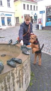 Zwecke (Zita) in Dippoldiswalde zu Besuch, Frauchen erklärt ihr den Schuhbrunnen - sehr gut!