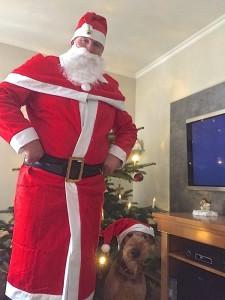 Unsere Ylva mit Herrchen aus Rositz - 2 pflichtbewusst schauende Weihnachtsmänner!