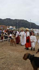 Der Priester segnet im Auftrag des heiligen Arabat alle Tiere der Inselbewohner.