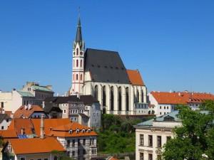 Hoch oben auf dem Berg die herrliche riesengrosse Kirche der Stadt.