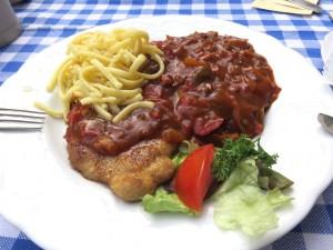 Dann endlich mein Mittagessen - Zigeunerschnitzel mit Spätzle.